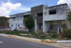 Venta de terreno con construcción de edificio sobre calle principal en Lerma Campeche